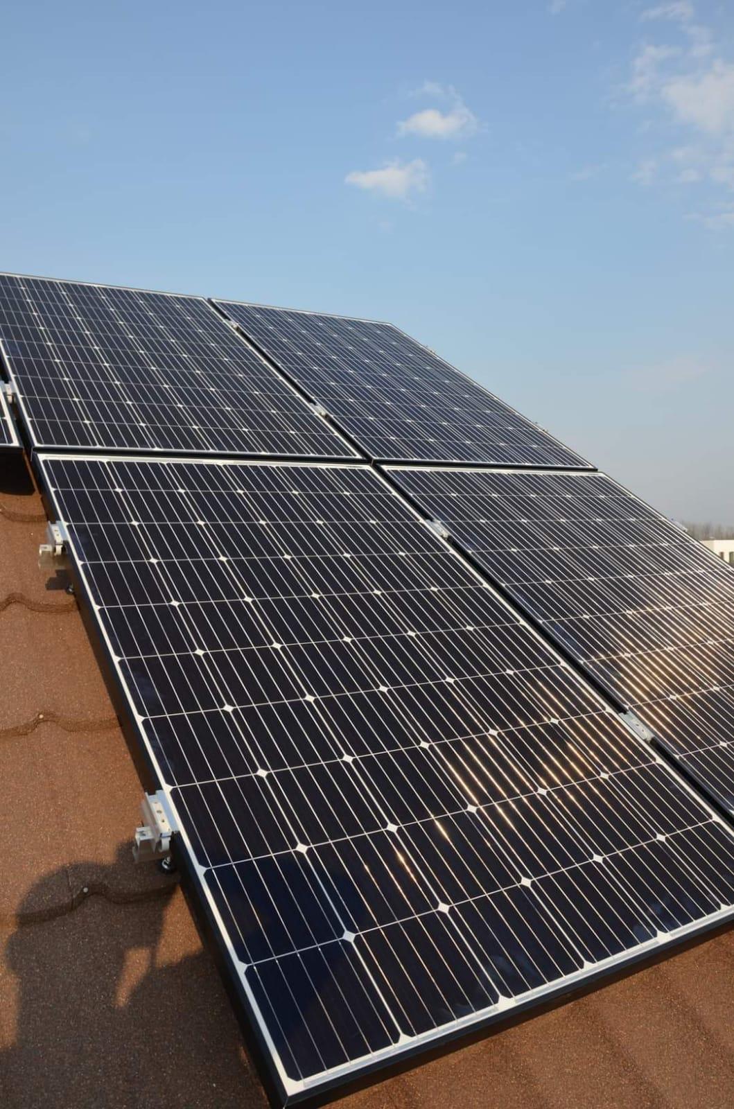 https://www.grupaxa.ro/wp-content/uploads/2021/07/invertor-panouri-fotovoltaice-arges.jpeg